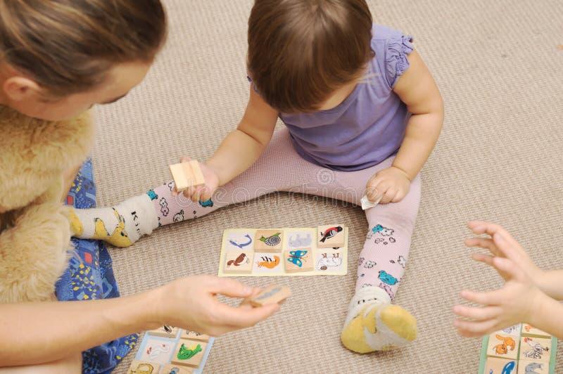 Papa et enfants jouant le children& x27 ; loto de s photos libres de droits