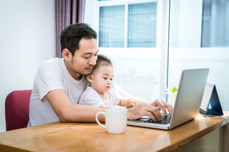 Papa et fils simples ? l'aide de l'ordinateur portable ensemble heureusement Concept de technologie et de modes de vie Thème heur photo libre de droits