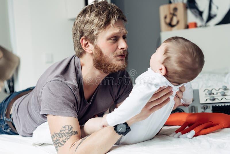 Papa et petit fils dans la chambre à coucher photos libres de droits