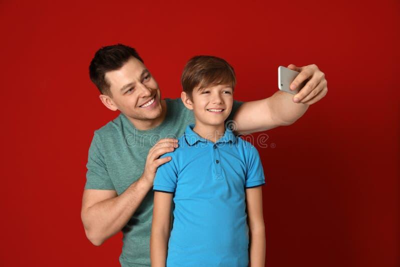 Papa et son fils prenant le selfie image libre de droits
