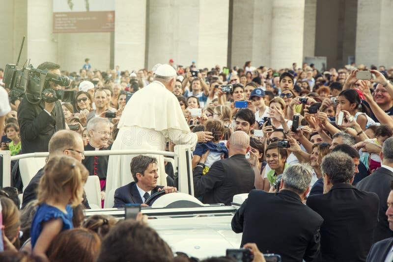 Papa Francis e multidão de fiel no quadrado de St Peter imagens de stock