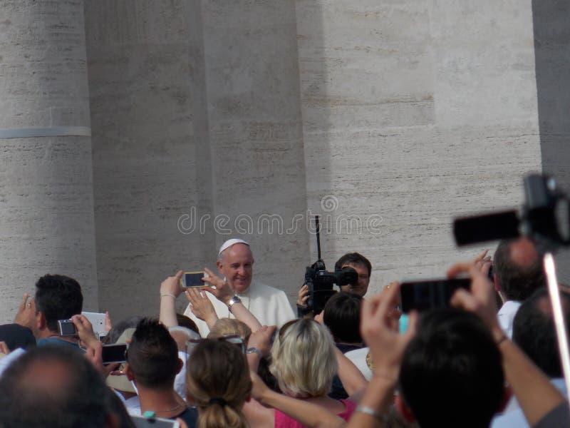 Papa Francis Greeting People nel quadrato di St Peter fotografia stock libera da diritti