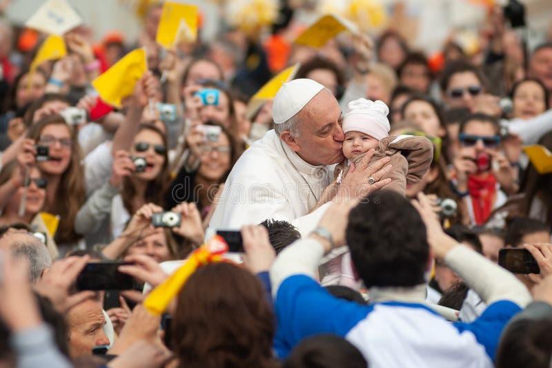 Papa Francisco beso a un niño, Ciudad del Vaticano, Roma, Italia fotografía de archivo