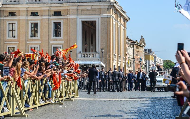 Papa Francisco I en el popemobile foto de archivo