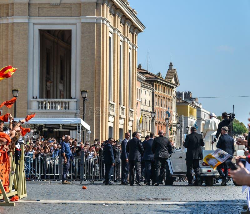 Papa Francisco I en el popemobile imagenes de archivo