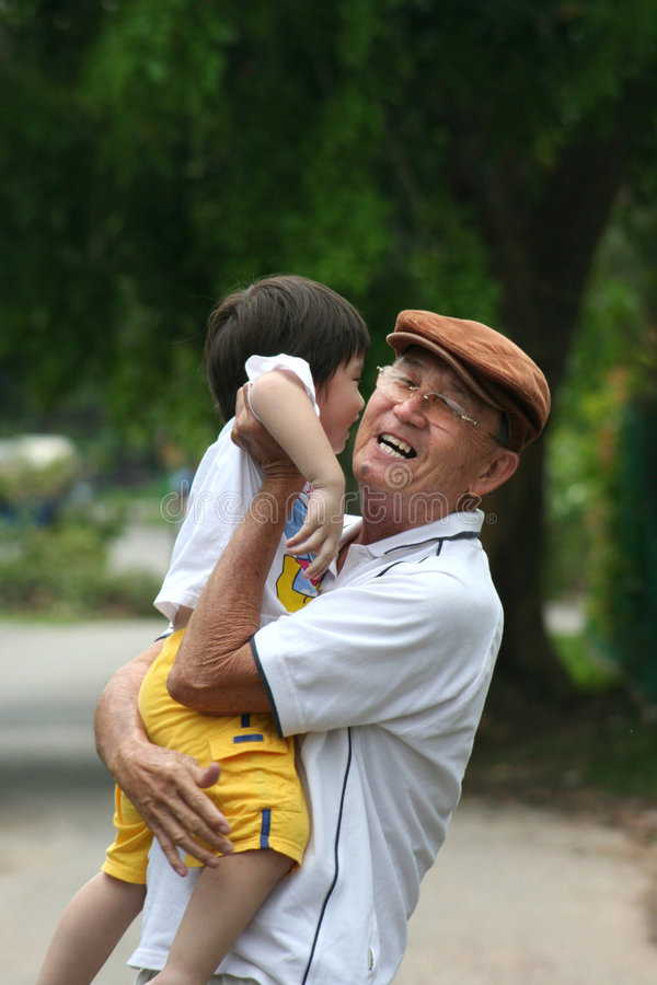 Papa/grootvader dragende zoon/kleinzoon royalty-vrije stock foto's