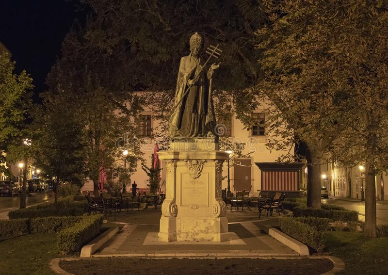 Papa Innocenzo XI della statua alla notte, Budapest, Ungheria immagini stock