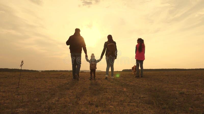 Papa, maman, un petit enfant et filles et touristes d'animaux familiers travail d'?quipe d'une famille tr?s unie voyages de famil image stock