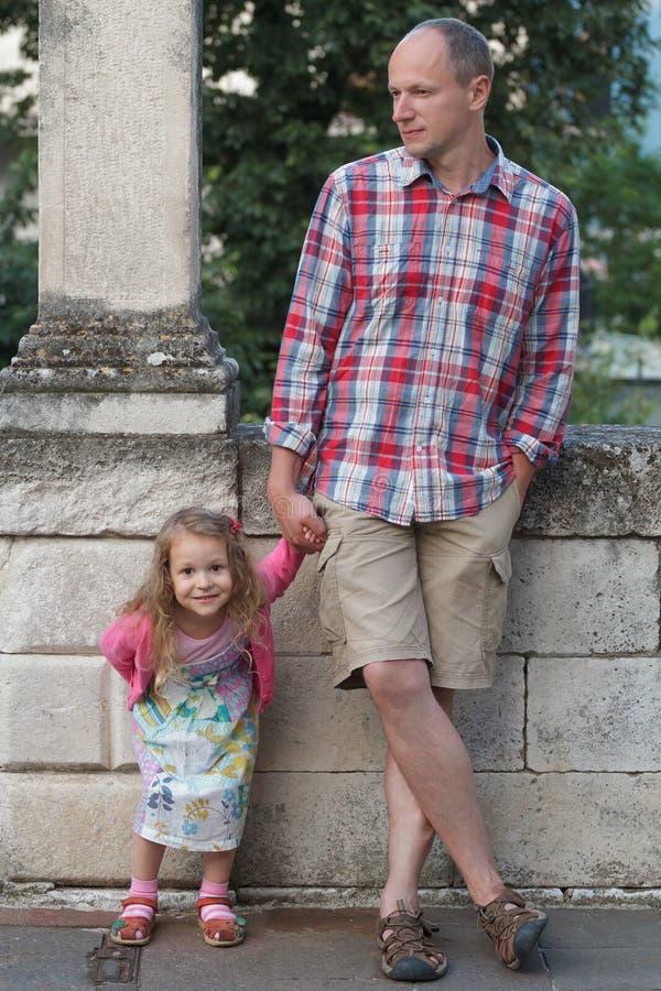 Papa met gelukkig de straatportret van de dochter individueel volledig lengte royalty-vrije stock foto