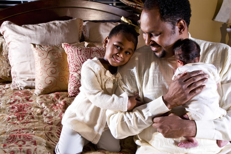 Papa met pasgeboren en dochter stock foto