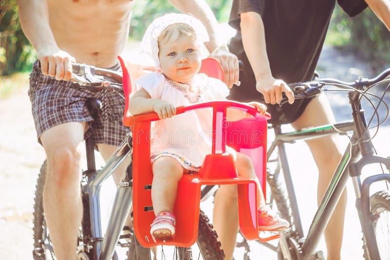 Papa met zijn dochter op een fiets royalty-vrije stock afbeelding