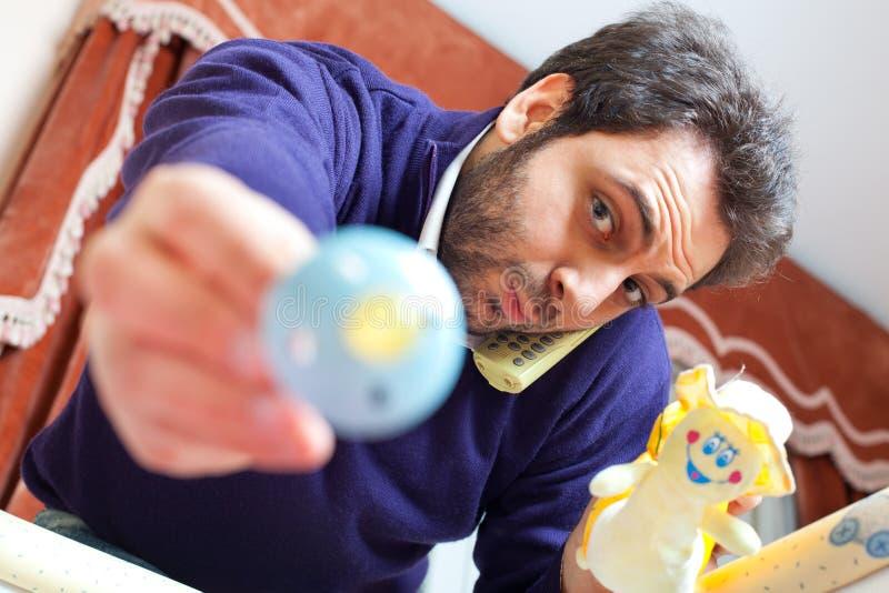 Papa moderne avec le bébé dans la boîte photographie stock libre de droits
