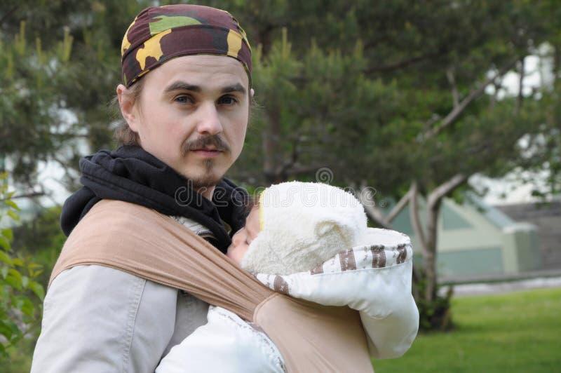 Papa moderne avec le bébé dans la bride image libre de droits