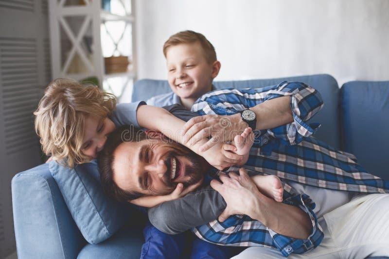 Papa sortant et enfants de lancement image libre de droits