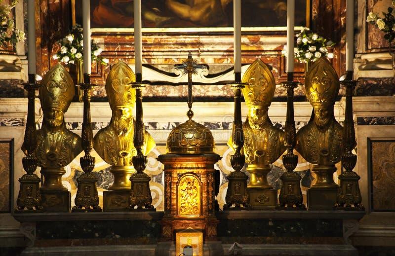 Papa Statues Crucifix Altar fotografia stock