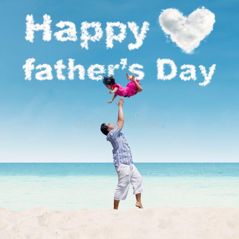 Papa werpen-op zijn dochter op strand royalty-vrije stock afbeelding