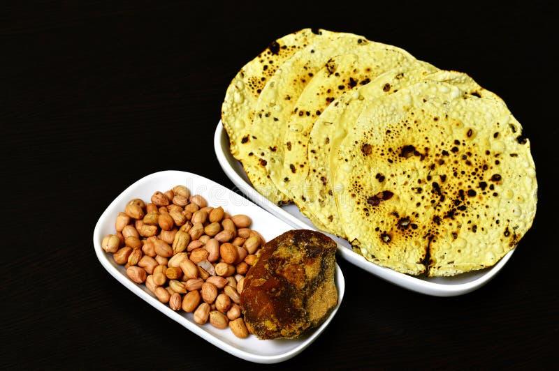 Papad rôti un casse-croûte indien avec les arachides entières et le jagré dans un plat photos libres de droits
