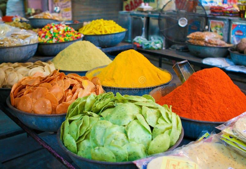 Papadums y especias en un mercado indio en Jodhpur imagenes de archivo