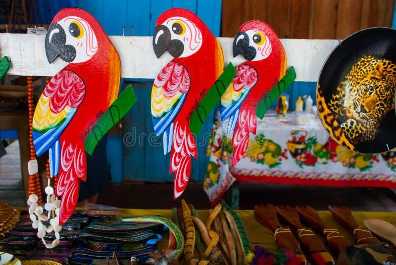 Papagaio colorido bonito Lembran?as na floresta ?mida das Amazonas feita das porcas e dos animais locais perto de Iquitos Mercado imagem de stock