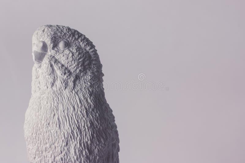 Papagaio ondulado da escultura branca do emplastro imagem de stock
