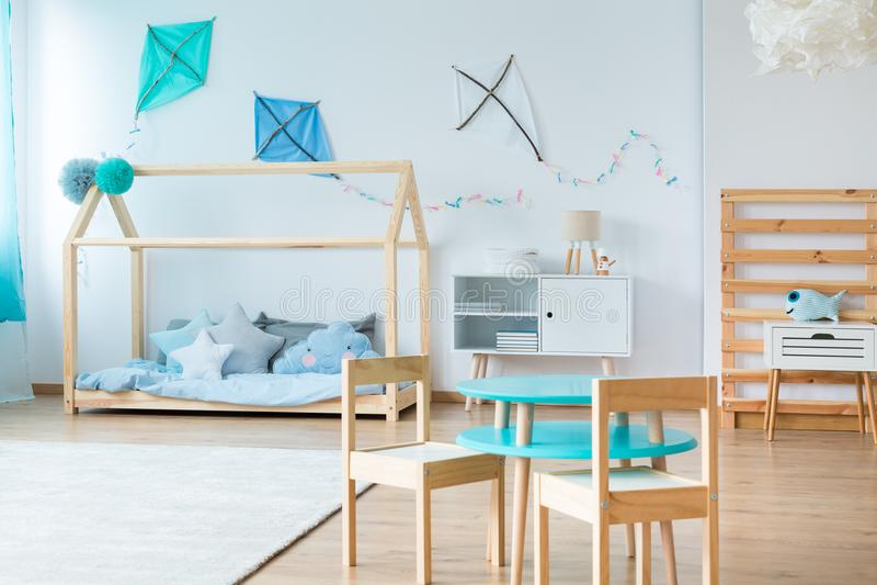 Papagaios azuis no quarto das crianças fotos de stock royalty free