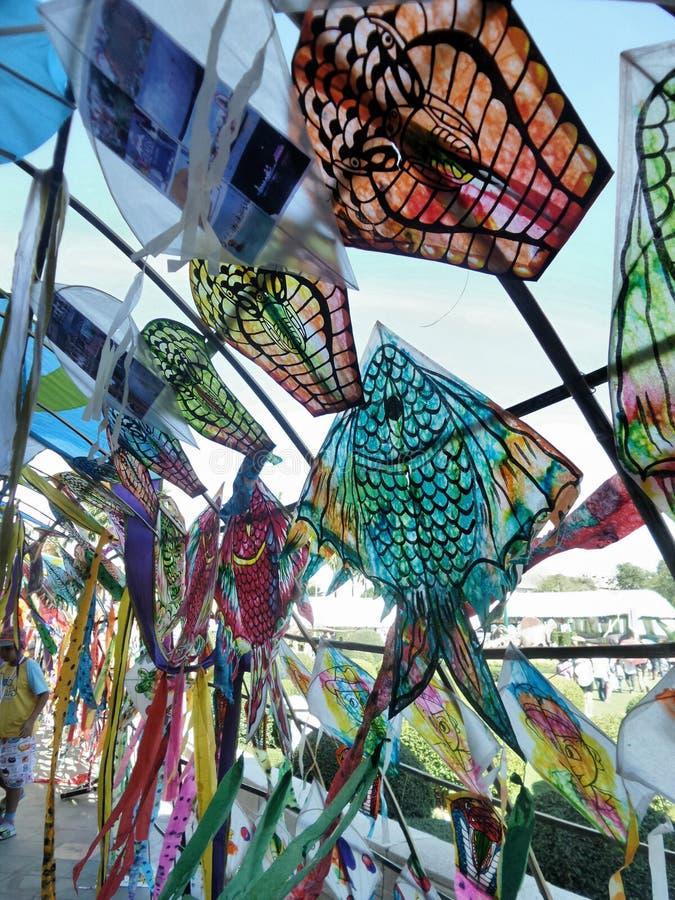 Papagaios de papel coloridos dos peixes e da serpente no vento sob o céu azul brilhante imagem de stock royalty free