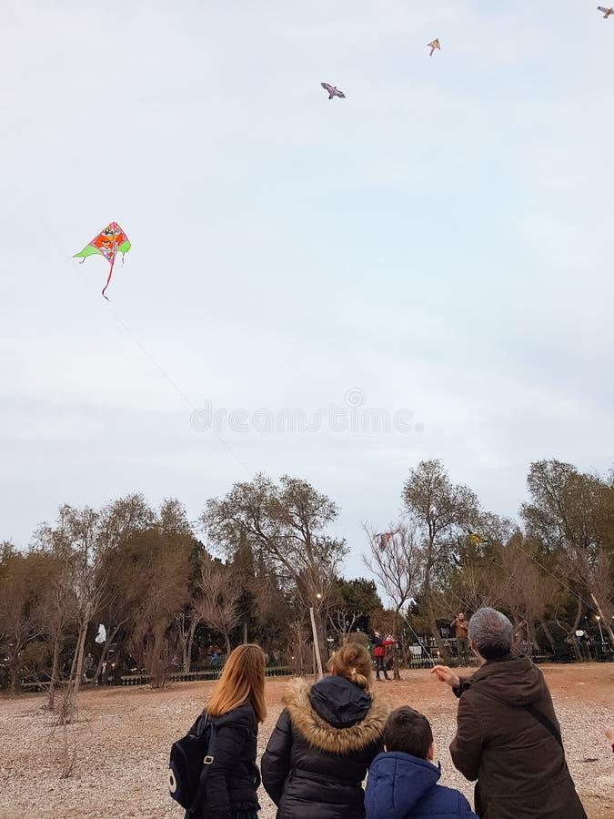 Papagaios de voo dos povos como é a tradição em uma segunda-feira verde no Pa fotos de stock royalty free