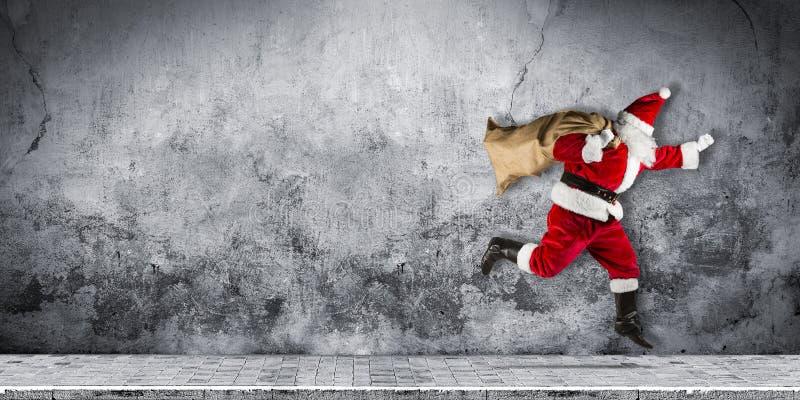 Papai Noel atrasado com pressa com o traje branco vermelho tradicional a imagens de stock