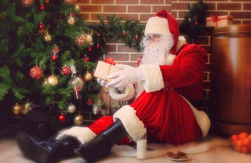 Papai Noel com árvore de Natal imagem de stock royalty free