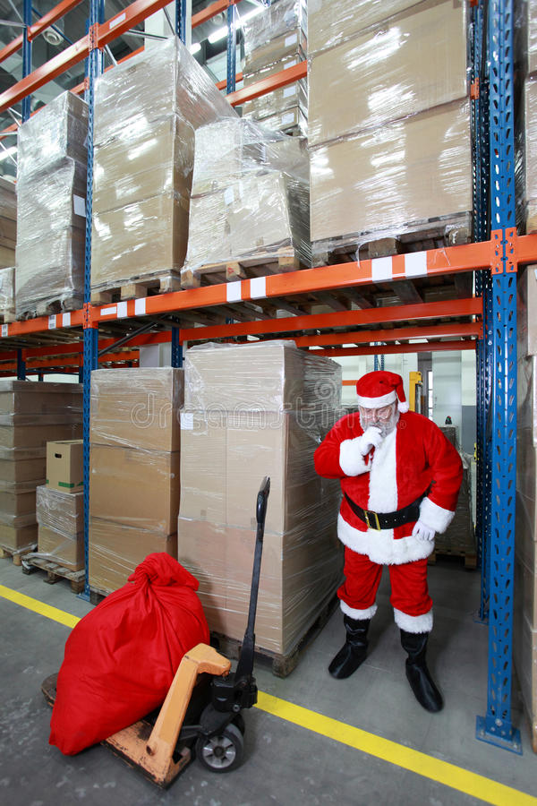 Papai Noel de pensamento no storehouse fotos de stock royalty free