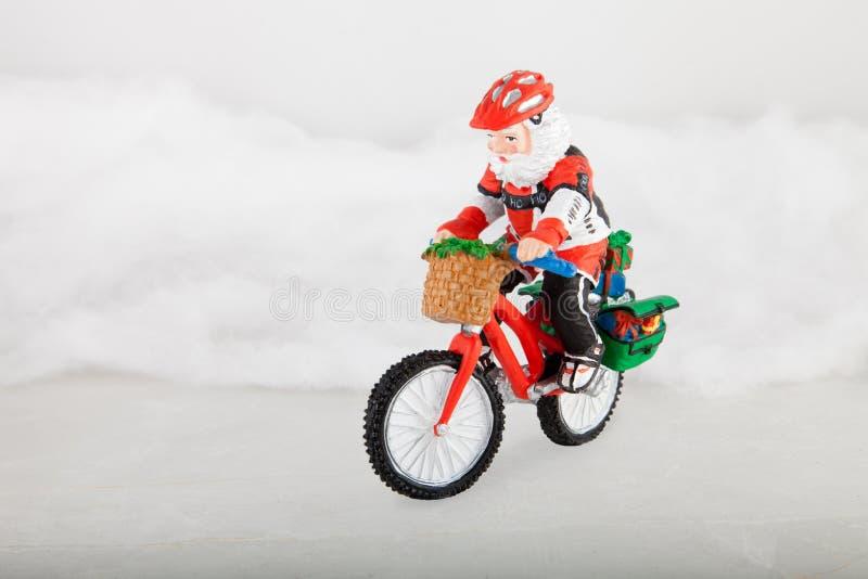 Papai Noel diminuto na bicicleta imagem de stock royalty free