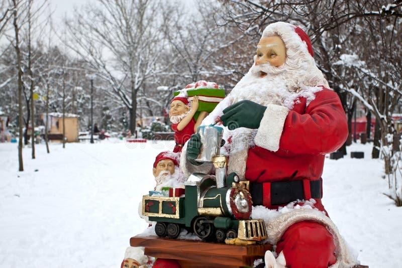 Papai Noel e ajudantes que preparam presentes fotografia de stock royalty free
