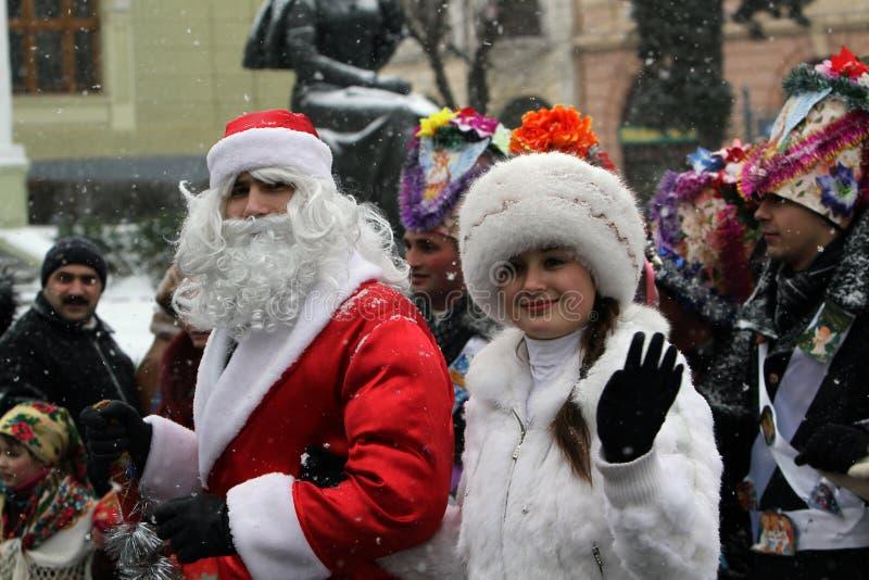 Papai Noel e donzela da neve no festival de Malanka fotos de stock