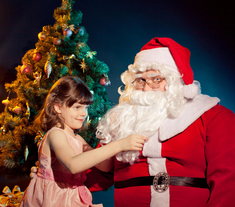 Papai Noel e menina que guardaram o presente foto de stock