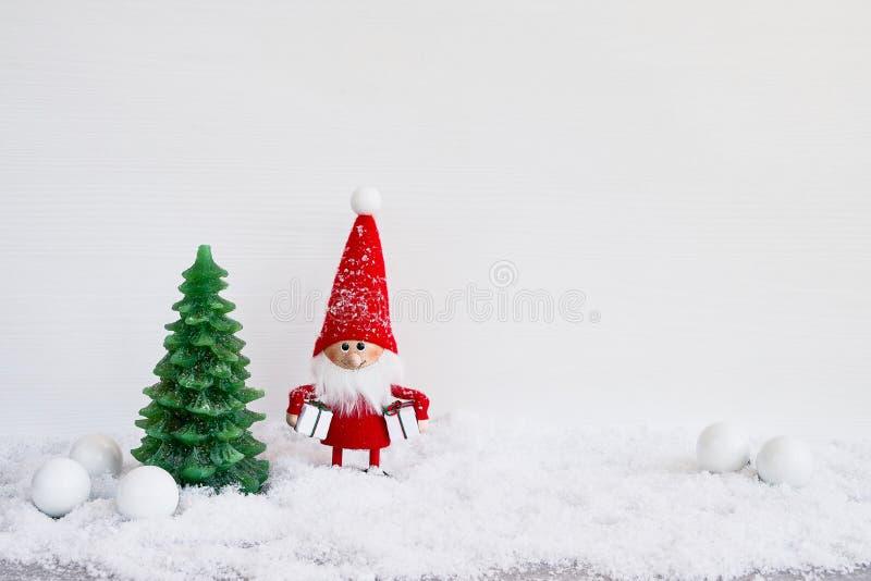 Papai Noel em um sledge Fundo do gnomo de Santa com Natal d fotos de stock royalty free