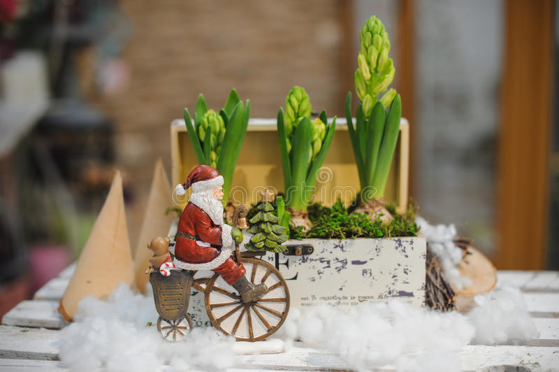 Papai Noel na composição do brinquedo da bicicleta foto de stock