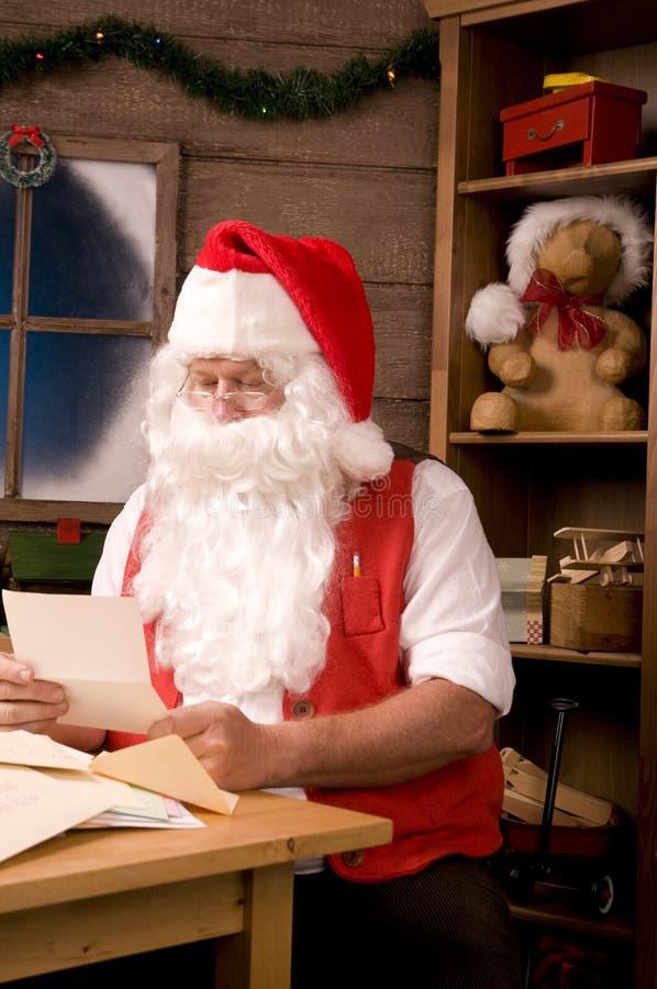Papai Noel na oficina com letras imagens de stock