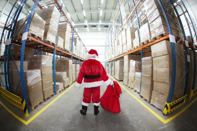 Papai Noel no centro de distribuição dos presentes fotos de stock