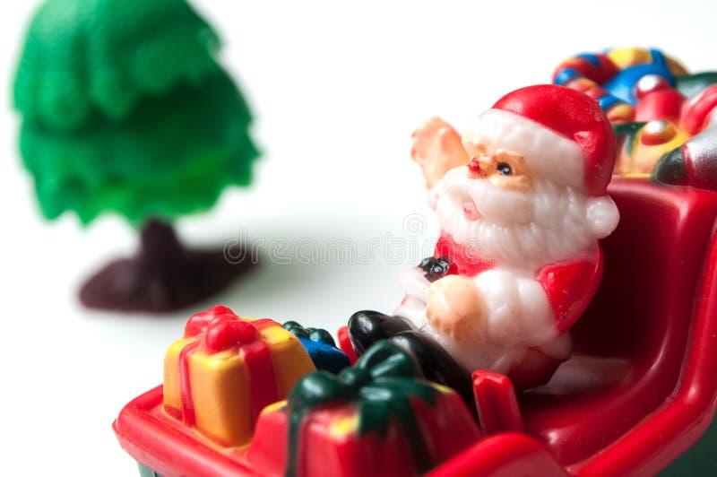 Papai Noel no trem diminuto do brinquedo no backgroun branco imagens de stock