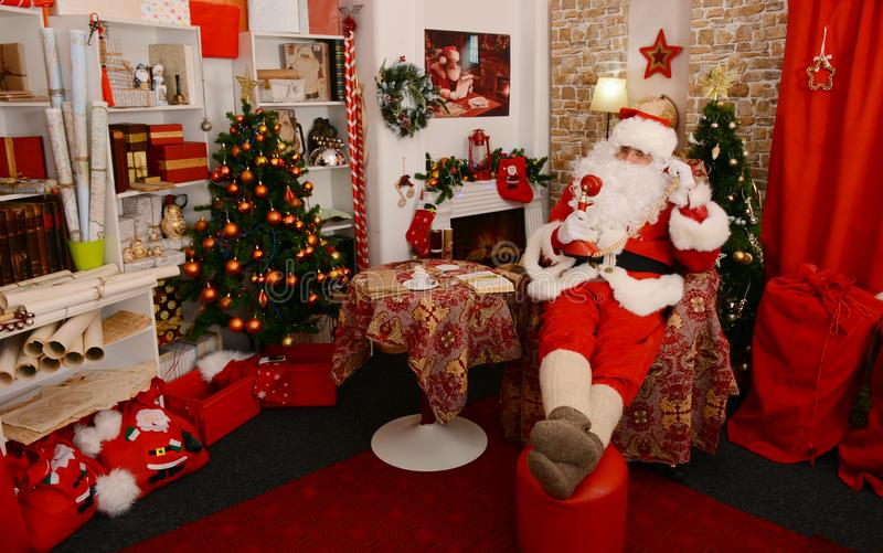Papai Noel que faz um telefonema fotografia de stock