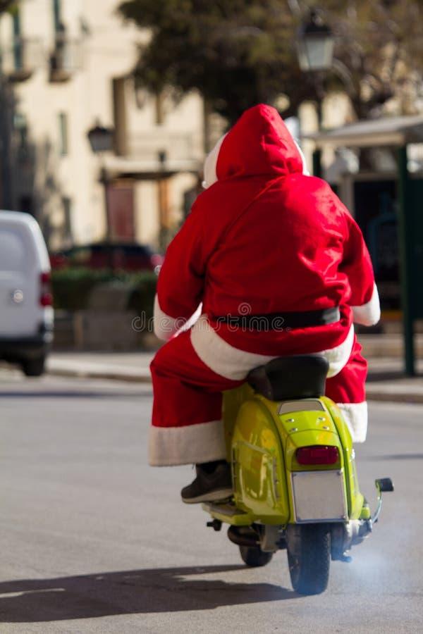 Papai Noel que monta uma motocicleta imagens de stock royalty free