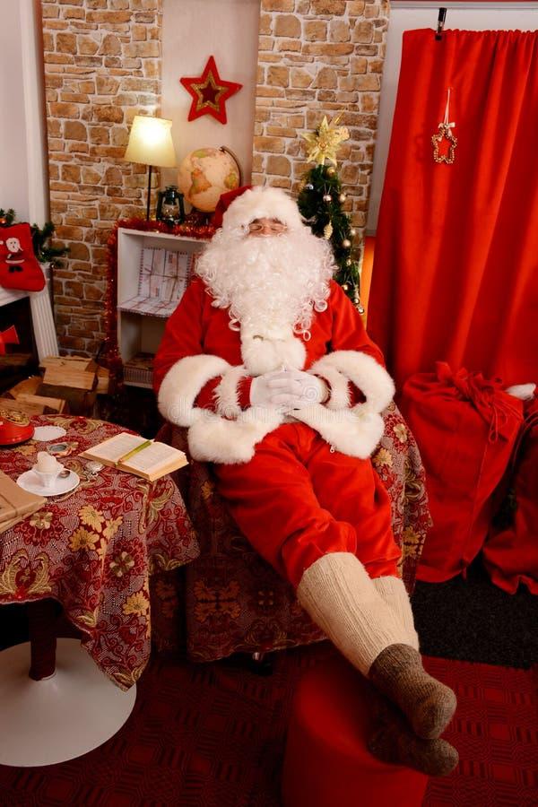 Papai Noel tradicional Santa Claus que dorme na sala de visitas fotos de stock