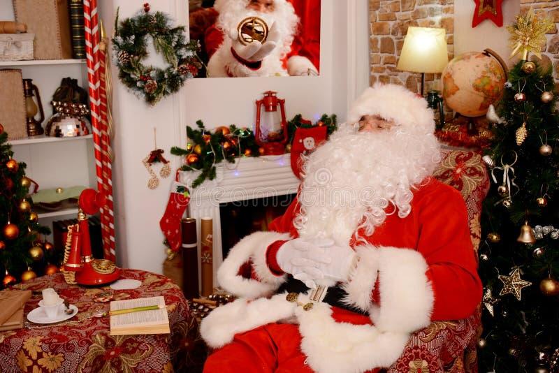 Papai Noel tradicional Santa Claus que dorme na sala de visitas foto de stock royalty free