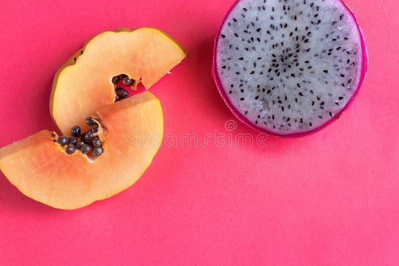 Papaia e pitaya su fondo rosa fotografia stock libera da diritti