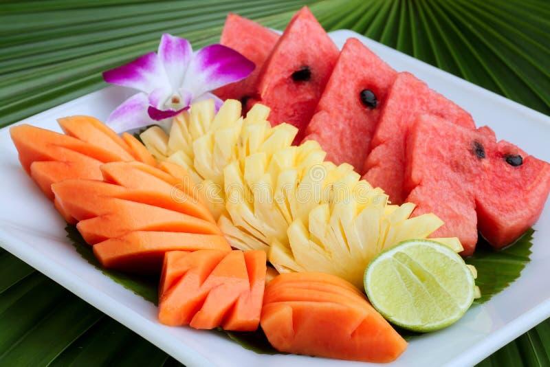 Papaia ed ananas sul piatto fotografia stock libera da diritti