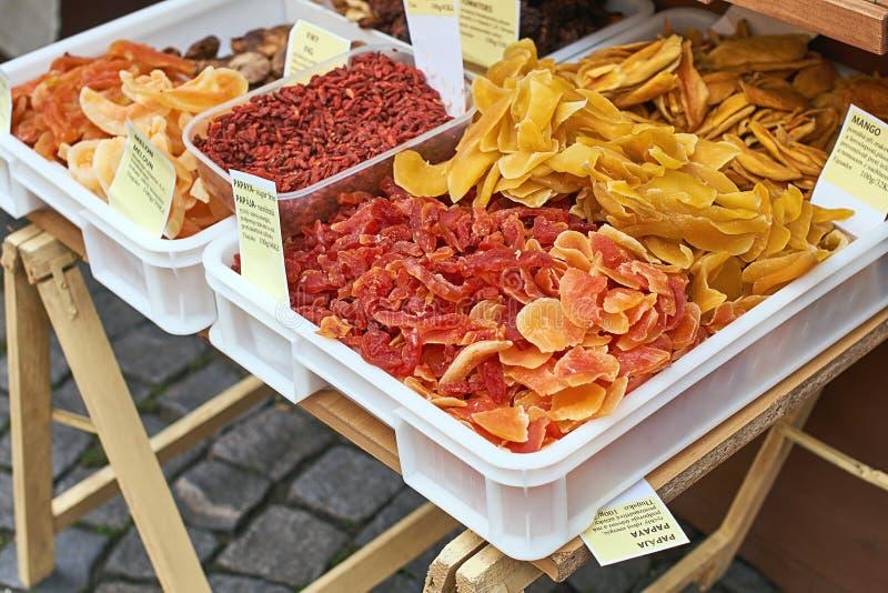 Papaia secca, meloni, frutti del fico, mango ed altri spuntini che sono venduti sulla via immagini stock libere da diritti