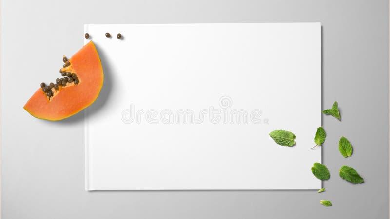 Papaja en munt op Witboek op geïsoleerde achtergrond royalty-vrije stock afbeelding