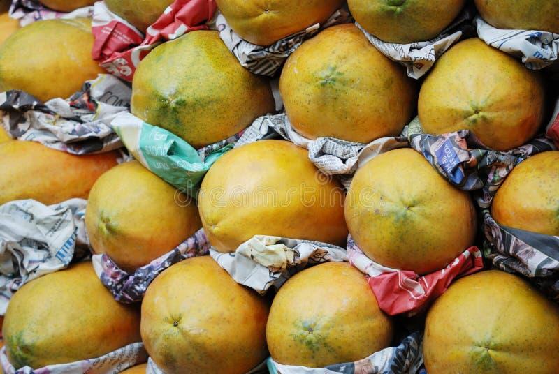 Papaja in landbouwmarkt in Mexico-City stock afbeeldingen