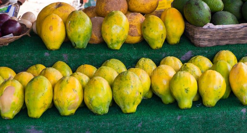 Papaja's voor Verkoop bij Landbouwers` s Markt in Hawaï royalty-vrije stock foto