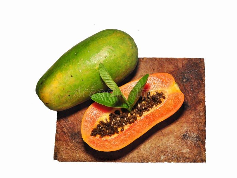Papajafruit op witte achtergrond wordt ge?soleerd die stock fotografie